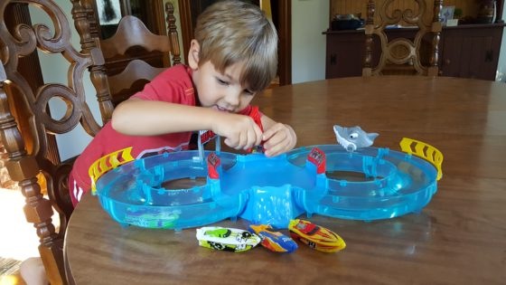 Review Zuru Micro Boats Racing Track Shark Attack